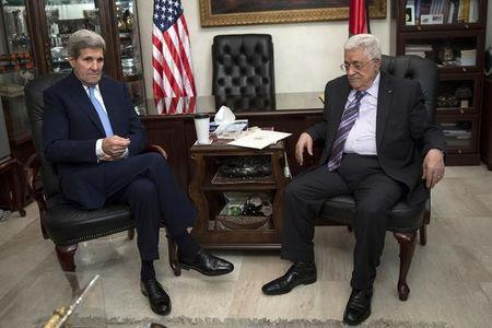 U.S. Secretary of State John Kerry (L) holds a meeting with Palestinian President Mahmoud Abbas at his residence in Amman, October 24, 2015. REUTERS/Carlo Allegri