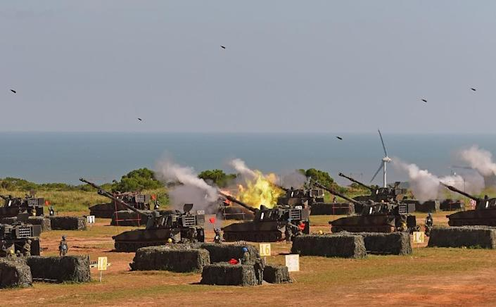 Taiwan military soldiers fire artillery shells during the Han Kuang 31 live fire drill in Hsinchu, northern Taiwan, on September 10, 2015 (AFP Photo/Sam Yeh)