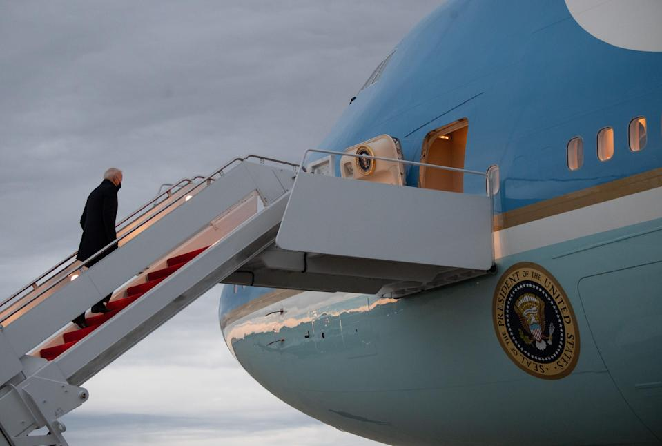 <p>No se acercó al Air Force One, el avión dedicado al presidente, un Boeing 747 modificado.</p> (AFP via Getty Images)