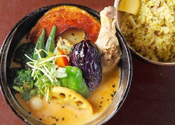▲The most popular dish is the Chicken Vegetable Curry (1,200 yen). The Soup and rice are both yellow