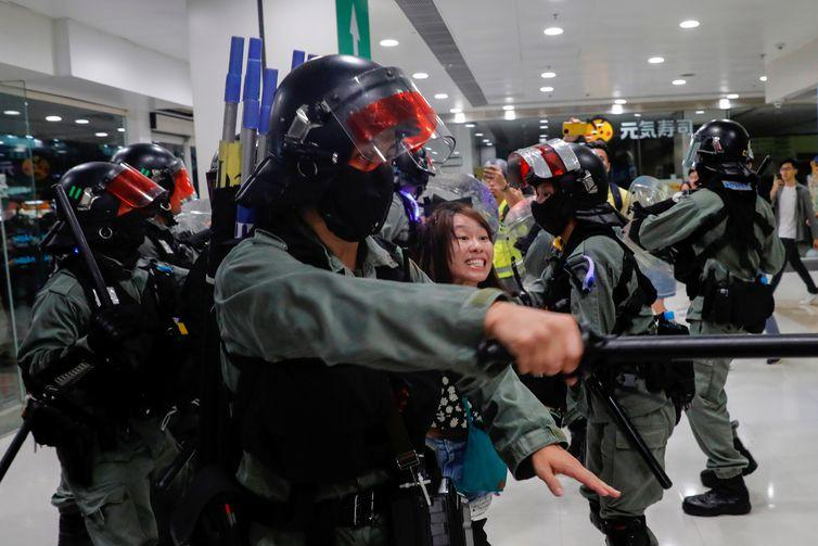 Riot police detain an anti-government protester at shopping mall in Tai Po, Hong Kong, China November 3, 2019. REUTERS/Tyrone Siu