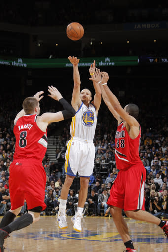 Curry helps Warriors hold off Trail Blazers 103-97