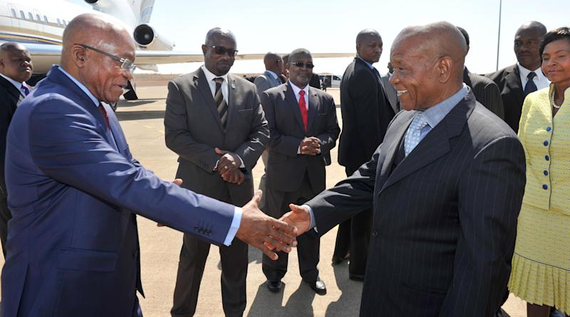 South African President Jacob Zuma (L) is welcomed to Lesotho by Prime Minister Thomas Thabane, at the Moshoshoe 1 International airport, on September 9, 2014 (AFP Photo/Elmond Jiyane)