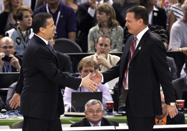 John Calipari and Bill Self shake hands. (AP Photo/Bill Haber)