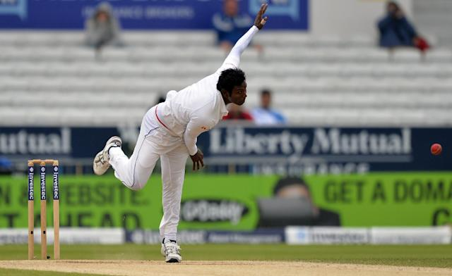 Sri Lanka's Angelo Mathews delivers a ball during the fifth and final day's play in their second Test match against England, at Headingley in Leeds, on June 24, 2014 (AFP Photo/Paul Ellis)