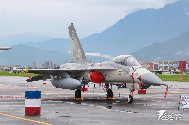 20160811 - Hualien Air Force Base was opened to local residents and the media on the 11th. The picture shows the IDF through the national warplane.  (photo by Yan Linyu)