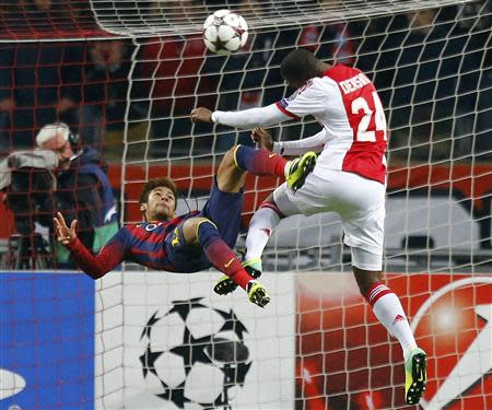 Barcelona's Neymar (L) struggles with Ajax Amsterdam Stefano Denswil (R) during their Champions League group H soccer match at Amsterdam Arena November 26, 2013. REUTERS/Michael Kooren