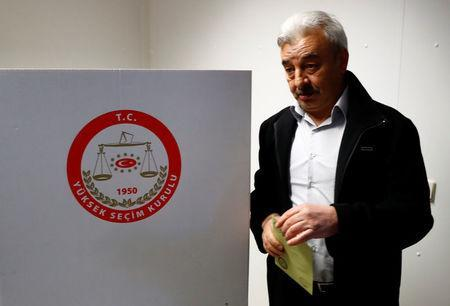 Turkish voters living in Germany cast their ballots on the constitutional referendum at the Turkish consulate in Berlin, Germany, March 27, 2017. REUTERS/Fabrizio Bensch