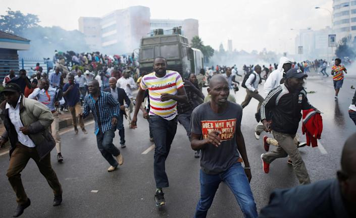 Protesters run from the police during clashes in Nairobi, Kenya, May 16, 2016. (Reuters/Goran Tomasevic)