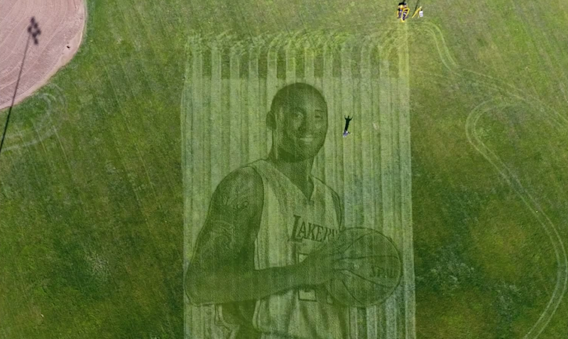 Kobe Bryant wurde in diesem Gras-Gemälde abgebildet. (Bild: YouTube New Ground Technology Inc.)