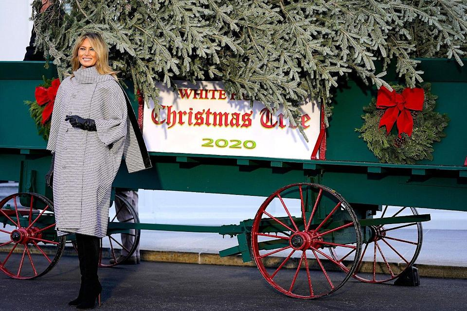 Trump White House Personalized Christmas Letter 2020 Donation Melania Trump Greets White House Christmas Tree for the Last Time