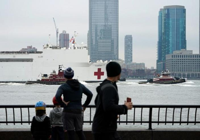 The USNS Comfort medical ship moves up the Hudson River as it arrives on March 30, 2020 in New York (AFP Photo/Bryan R. Smith)
