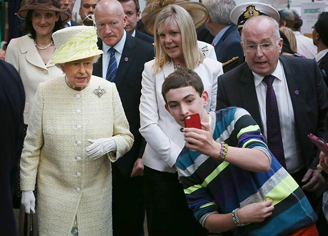 the-queen-selfie
