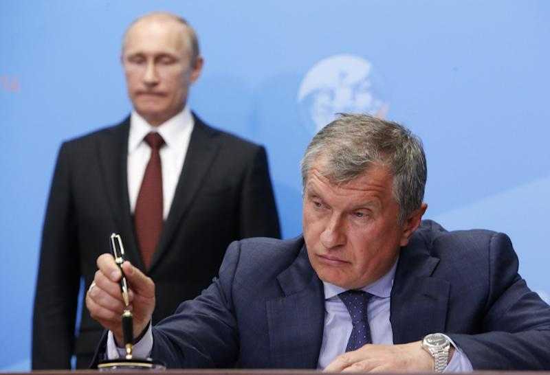 Russia's President Vladimir Putin (back) and Rosneft CEO Igor Sechin attend a signing ceremony at the St. Petersburg International Economic Forum 2014 (SPIEF 2014) in St. Petersburg in May 2014. (Photo: Sergei Karpukhin/Reuters)