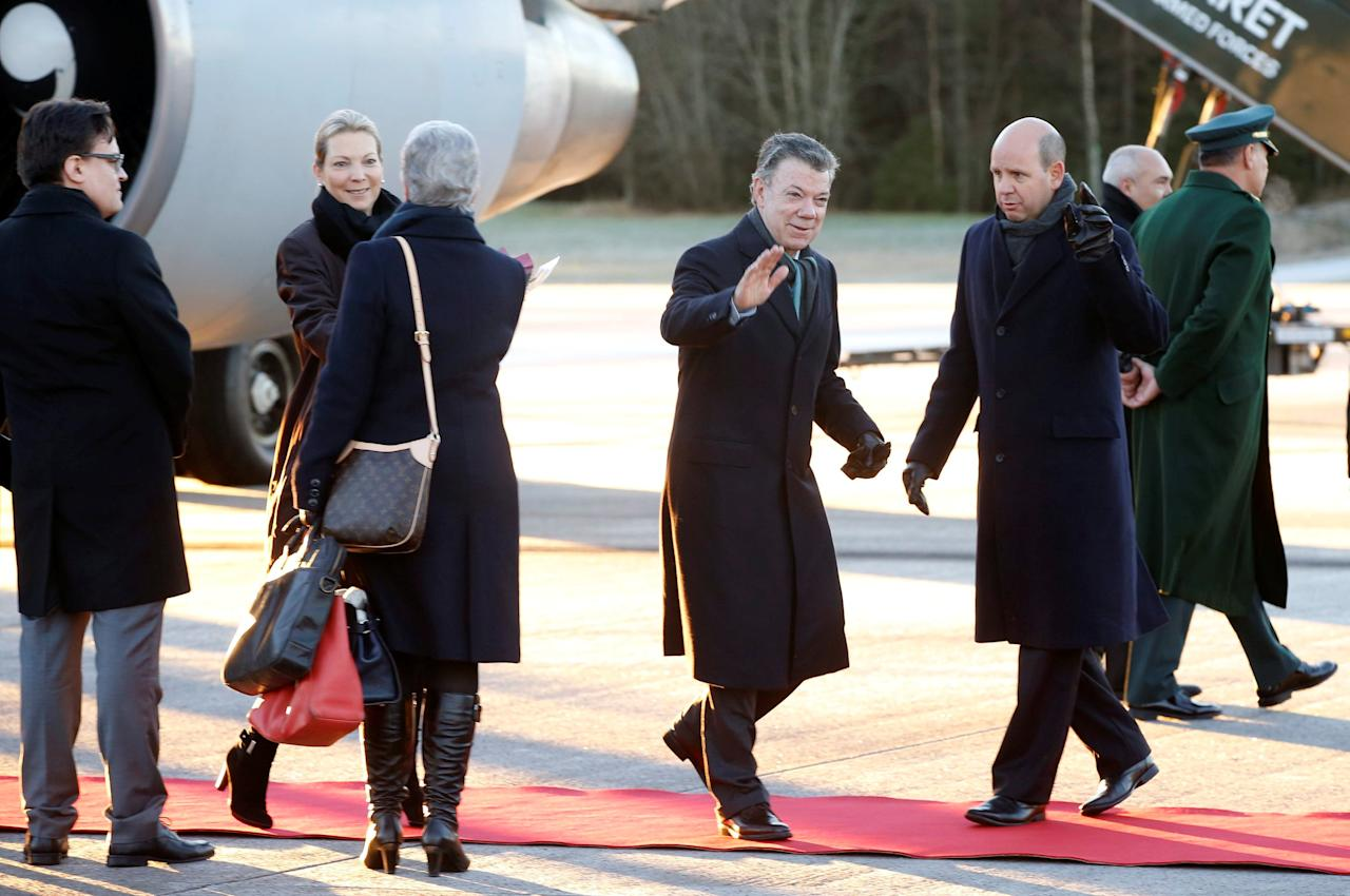 Nobel Peace Prize laureate and Colombian President Juan Manuel Santos and his wife Maria Clemencia Rodriguez are welcomed by Berit Reiss-Andersen, deputy chair of the Norwegian Nobel Committee, upon their arrival at Oslo airport, Norway, December 9, 2016. NTB Scanpix/Terje Pedersen via REUTERS  ATTENTION EDITORS - THIS IMAGE WAS PROVIDED BY A THIRD PARTY. FOR EDITORIAL USE ONLY. NORWAY OUT. NO COMMERCIAL OR EDITORIAL SALES IN NORWAY