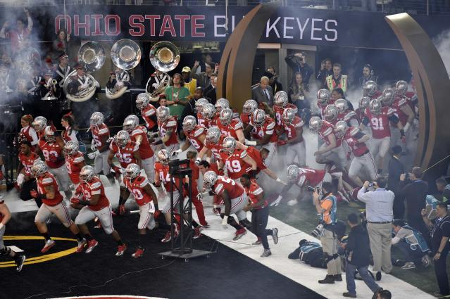 Ohio State flag bearer trips leading to 'O-H-I' player entrance in national championship