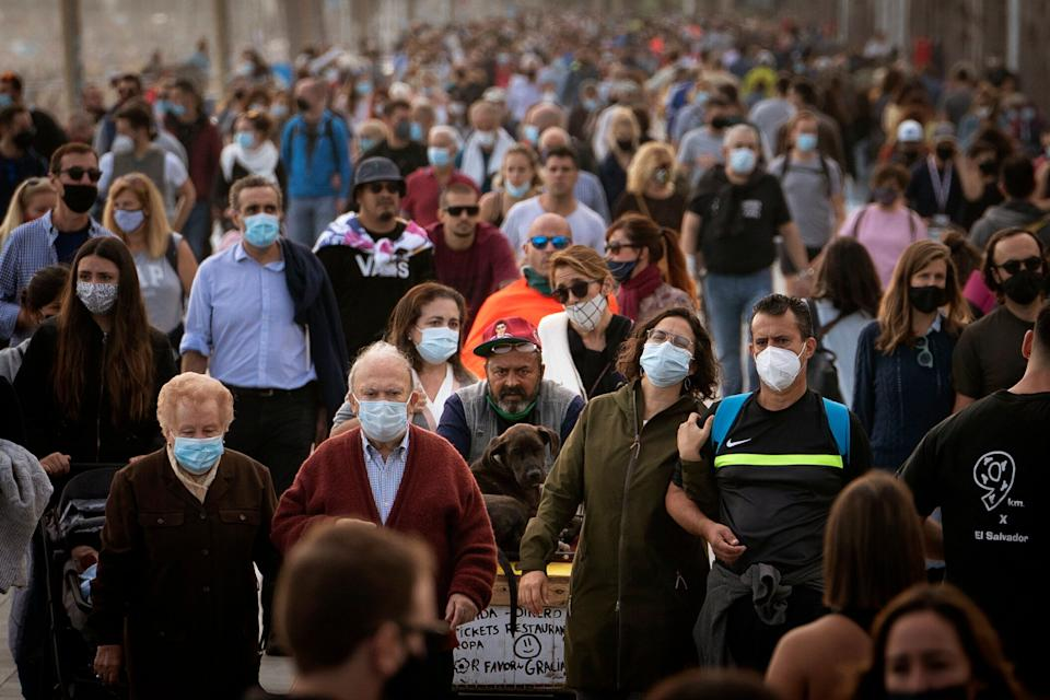 Un grupo de personas pasea por la calle.  (Photo: ASSOCIATED PRESS)