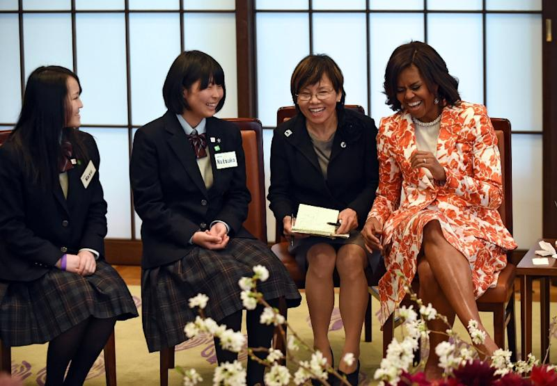 Michelle Obama shares a laugh with some school girls at the Iikura Guest House in Tokyo on March 19, 2015 (AFP Photo/Toshifumi Kitamura)