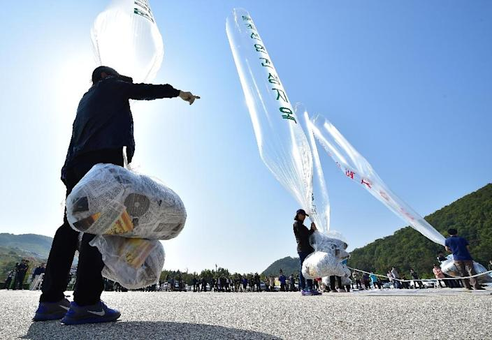 South Korean activists release balloons carrying anti-North Korea leaflets, from a park near the inter-Korea border in Paju, north of Seoul, in October 2014 (AFP Photo/Jung Yeon-Je)