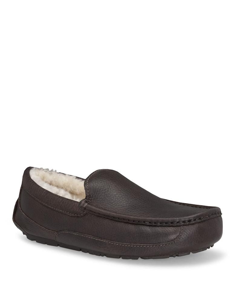 """<p><strong>UGG</strong></p><p>bloomingdales.com</p><p><strong>$120.00</strong></p><p><a href=""""https://go.redirectingat.com?id=74968X1596630&url=https%3A%2F%2Fwww.bloomingdales.com%2Fshop%2Fproduct%2Fugg-mens-ascot-leather-slippers%3FID%3D337567&sref=https%3A%2F%2Fwww.townandcountrymag.com%2Fstyle%2Fmens-fashion%2Fg31813514%2Fbest-slippers-for-men%2F"""" target=""""_blank"""">Shop Now</a></p><p>It's hard to beat an UGG slipper. This pair is especially cozy with its leather exterior and warm, shearling interior. </p>"""