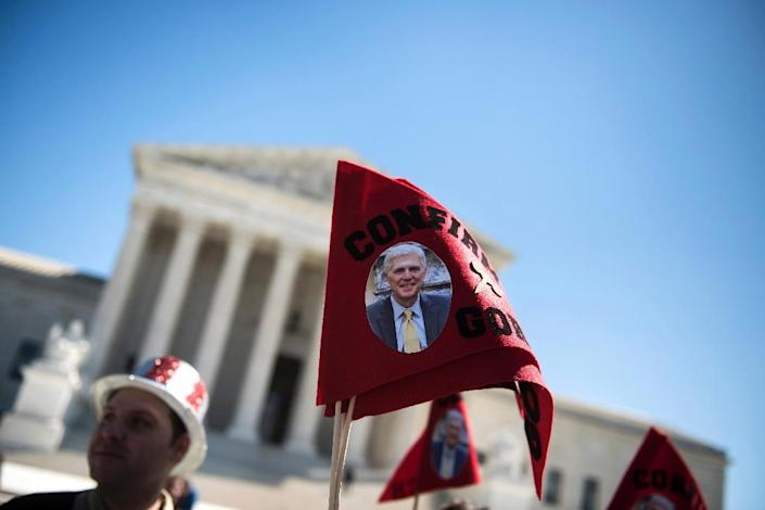 Supporters of Neil Gorsuch sing to rally for his confirmation as a Supreme Court Justice outside the US Supreme Court on March 29, 2017 in Washington, DC (AFP Photo/Brendan Smialowski)