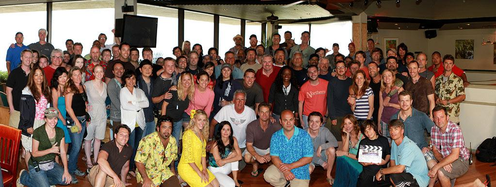 """That's a wrap! The """"<a href=""""/cougar-town/show/44787"""">Cougar Town</a>"""" cast and crew poses for a group photo to officially commemorate the end of Season 2."""