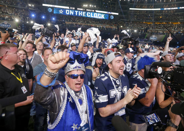 Dallas Cowboys fans cheer during the first round of the 2018 NFL draft. (AP Photo/Michael Ainsworth)