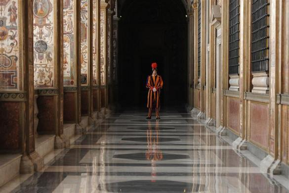 A Swiss Guard stands during a private audience between Pope Benedict XVI and Armenian President Serzh Sargsyan at the Vatican December 12, 2011.