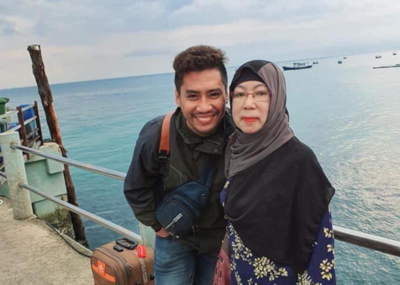 The youngest of five siblings finally got to take his mother on a long-awaited vacation in Pulau Tioman. — Picture from Facebook/momas.hasif