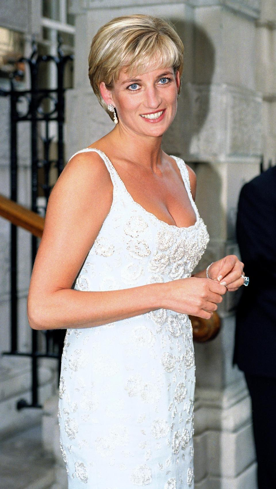 <p>Diana looks stunning with mauve lip gloss and crisp white nail polish.</p>