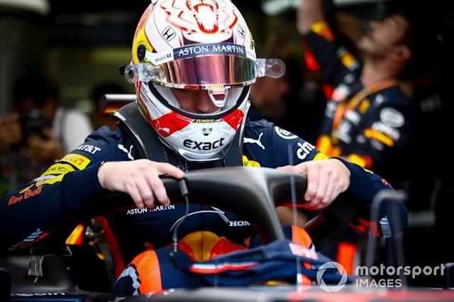 """Max Verstappen, Red Bull Racing, si siede nella sua auto <span class=""""copyright"""">Andrew Hone / LAT Images</span>"""