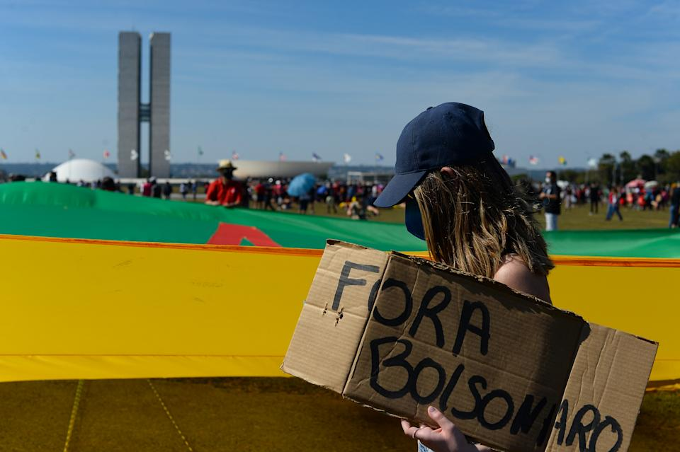 BRASILIA, BRAZIL - JUNE 19: Protesters during a protest against Bolsonaro's administration on June 19, 2021 in Brasilia, Brazil. Brazilian president Jair Bolsonaro is facing a probe  for pandemic mismanagement as the country approaches the half million deaths from COVID. The controversial decision to host the Copa America 2021 amid the coronavirus crisis is questioned by a large part of the population. (Photo by Andressa Anholete/Getty Images)
