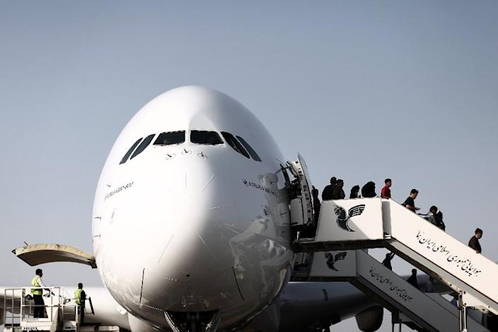 Passengers disembark from an Emirates Airline Airbus A380-800 at Tehran's IKA airport on September 30, 2014 (AFP Photo/Behrouz Mehri)