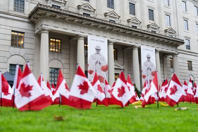 Manulife Displays more than 12,000 Canadian Flags to Remember Our Fallen Heroes (CNW Group/Manulife Financial Corporation)