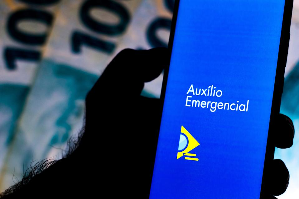 BRAZIL - 2020/04/07: In this photo illustration the Auxílio Emergencial da Caixa application to receive government assistance during the coronavirus pandemic is seen displayed on the smartphone. (Photo Illustration by Rafael Henrique/SOPA Images/LightRocket via Getty Images)