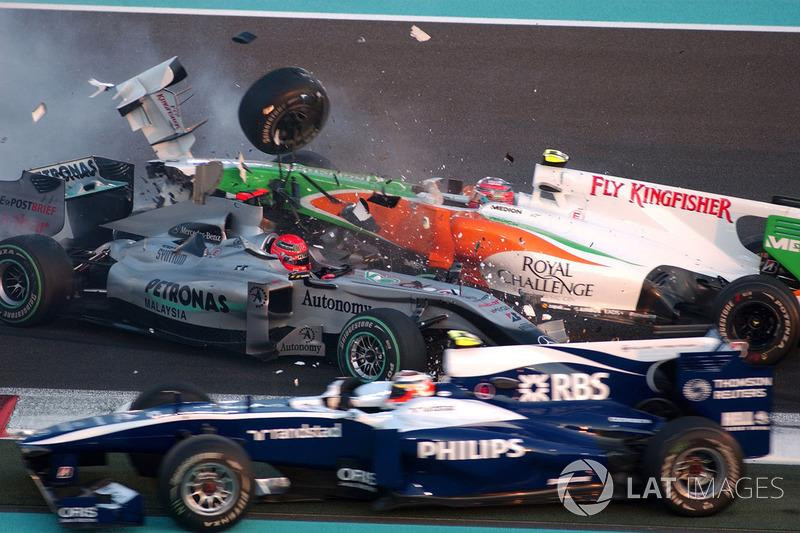 "Accidente entre Michael Schumacher, Mercedes GP MGP W01, y Vitantonio Liuzzi, Force India VJM03<span class=""copyright"">Sutton Motorsport Images</span>"