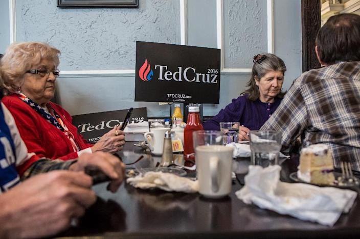 Audience members listen as Republican presidential candidate Ted Cruz speaks at a campaign event at Lucile's on January 26, 2016 in Centerville, Iowa (AFP Photo/Brendan Hoffman)