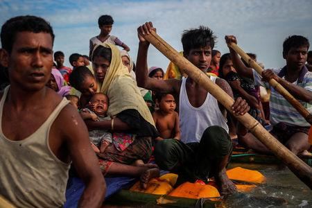 Rohingya refugees cross the Naf River with an improvised raft to reach to Bangladesh in Teknaf, Bangladesh, November 12, 2017. Picture taken November 12, 2017. REUTERS/Mohammad Ponir Hossain