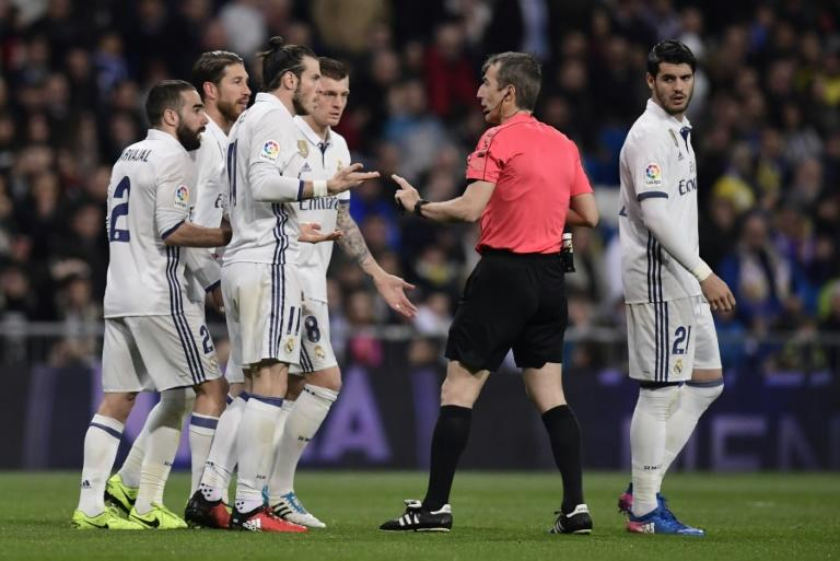 Real Madrid's Gareth Bale (3rd L) argues with the referee during their Spanish La Liga match against Las Palmas, at the Santiago Bernabeu stadium in Madrid, on March 1, 2017