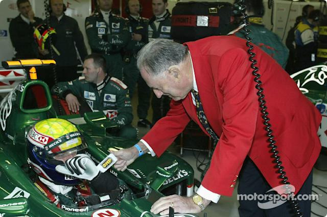 "Sir Jack Brabham desea suerte a Mark Webber <span class=""copyright"">Jaguar Cars and Wieck Media Services, Inc.</span>"