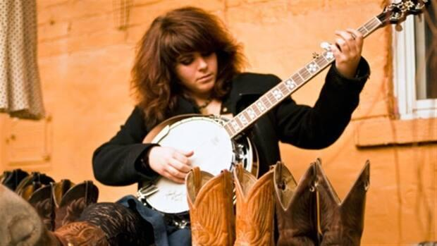 Lisa LeBlanc suggested the two remake Édith Butler's old hit songs, such as La 20 and Ti-gars, with big drums, more energy and LeBlanc's trademark chainsaw banjo. (Radio-Canada - image credit)