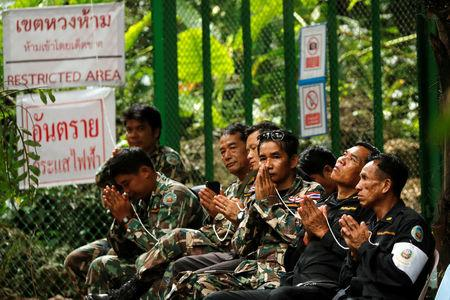 """Soldiers attend the funeral a former Thai navy diver, Samarn Kunan, who died during the rescue mission for the 12 boys of the """"Wild Boars"""" soccer team and their coach, near the Tham Luang cave complex, in the northern province of Chiang Rai, Thailand July 16, 2018.  REUTERS/Tyrone Siu"""