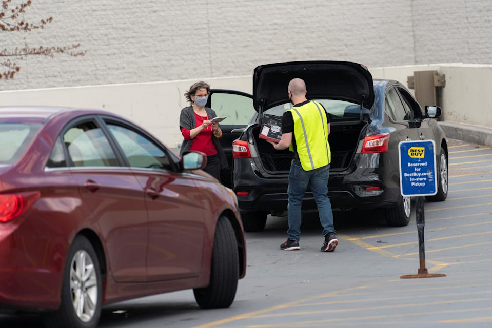 An employee of Best Buy delivers products to a shopper, as customers pick up goods from retailers offering curbside pick up as the coronavirus disease (COVID-19) restrictions ease in Syracuse, New York, U.S., May 15, 2020. REUTERS/Zachary Krahmer