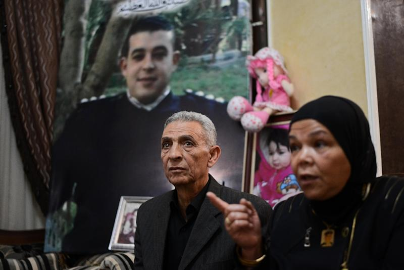 The parents of Egyptian bomb disposal expert Diaa Fathy who died trying to defuse a bomb in January 2015, talk to journalist on April 18, 2015 in Cairo (AFP Photo/Mohamed el-Shahed)