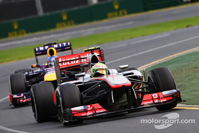 "Sergio Pérez, McLaren MP4-28 y Sebastian Vettel, Red Bull Racing RB9 <span class=""copyright"">XPB Images</span>"