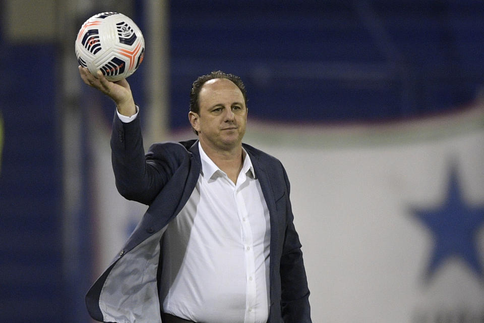 BUENOS AIRES, ARGENTINA - APRIL 20: Rogerio Ceni coach of Flamengo holds the ball during a match between Velez Sarsfield and Flamengo as part of Group G of Copa CONMEBOL Libertadores 2021 at Jose Amalfitani Stadium on April 20, 2021 in Buenos Aires, Argentina. (Photo by Juan Mabromata - Pool/Getty Images)