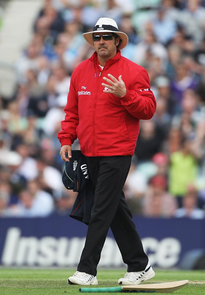 LONDON, ENGLAND - SEPTEMBER 17:  Umpire Richard Illingworth signals during the 3rd NatWest One Day International between England and Pakistan at The Brit Insurance Oval on September 17, 2010 in London, England.  (Photo by Tom Shaw/Getty Images)
