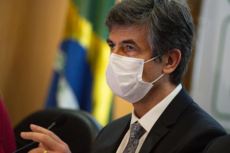 BRASILIA, BRAZIL - MAY 15:Brazilian Minister of Health Nelson Teich wearing a face mask reacts during the press conference to announce his resignation from office amidstthe coronavirus (COVID-19) pandemic at the Ministry of Health on May 15, 2020 in Brasilia. Teich held the post of minister for 29 days as Brazil faces over 202,000 confirmed positive cases of Coronavirus and 13,993 deaths. (Photo by Andressa Anholete/Getty Images)