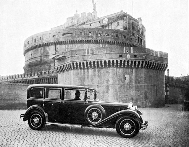 When Mercedes-Benz handed over the first popemobile, a number of photos were taken of the car in the Vatican: This photo shows the Nürburg in front of the Castel Sant' Angelo.