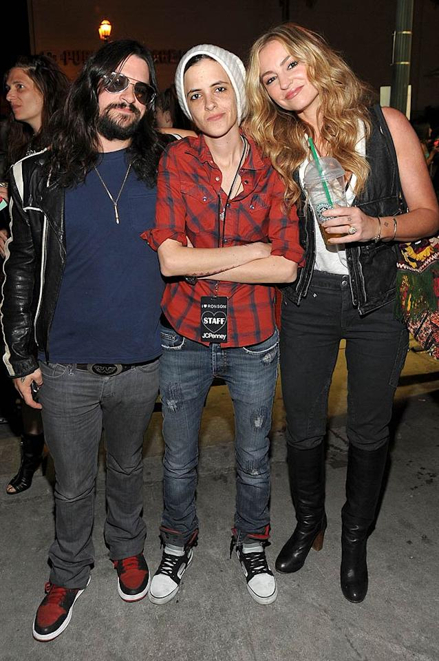 "Sam appeared relaxed, however, as she kicked back with singer Shooter Jennings and his ""Sopranos"" sweetheart Drea de Matteo, who oddly decided to bring their own refreshments to the bash. Jamie McCarthy/<a href=""http://www.wireimage.com"" target=""new"">WireImage.com</a> - May 4, 2010"